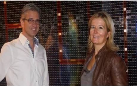 Directeur Space Expo Rob van den Berg en Pamela Bruin voor de zonnepanelen